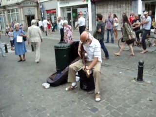 Старый рок-н-ролльщик поднял на уши всех окружающих прохожих! )))))
