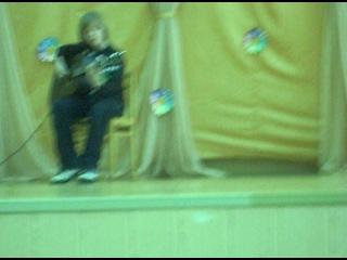 чувак охуено играет на гитаре