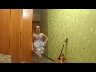 девченка прикольно танцует