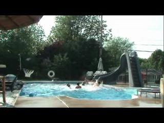 Крутой трюк с мячом в бассейне