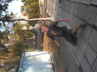 Этого парня зовут Саша,он отдыхал на нашей базе в Украине (Коблево)  Каждый вечер в центре города вот таким интересным способом
