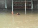 Наводнение Крымск тонет человек! Двоих он успел спасти! Звали его Петр Анатольевич Остапенко!