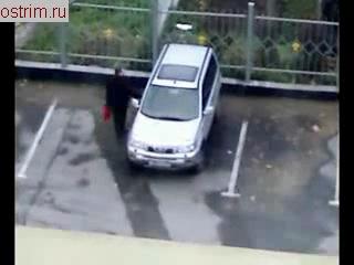 мужик 10 раз проверяет закрыл ли машину,как же он из дома то уходит ..... )))