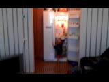 Мишка хомячит что-то из холодильника..самостоятельно)))