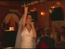 Невеста поет песню мужу.
