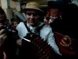 Ангольские ребята жарят рэп под белорусскую песню, а русский парниша аккомпанирует
