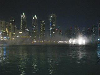 Озеро танцующих и поющих фонтанов в Дубаи