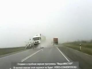 Машину разнесло в щепки одной фурой, а другой размолотило то что осталось! Страх! Жесть! Ужас!!!