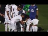 Криштиану успевает раздавать автографы прямо на футбольном поле:)