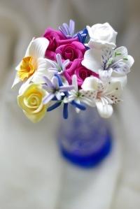 Заготовка глины для лепки цветов из керамической глины.