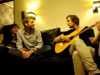 Наши дорогие испанцы добрались до Питера и поют песню на русском про Мишку!
