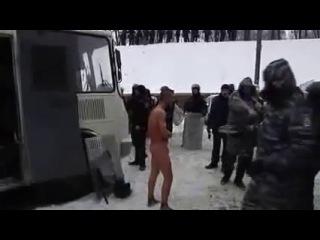 Berkut stripped naked man -- Беркут раздел догола человека и снимал на видео (18+)