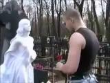 Тесак на могиле погибшей подруги