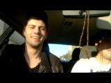 Парни-грузины поют в машине.