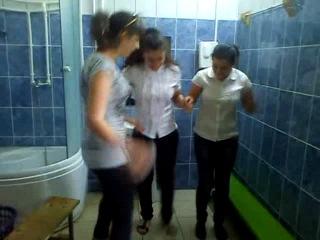 Сумасшедшие девочки в мужском раздевалке