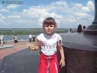 Мам там такой лысый сидит волосов нету, бошка голая)))