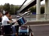 Бременские музыканты нашего времени! На мотоцикле. едут и играют на гитаре и на барабанах, переносная сцена на колёсах