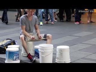 Барабанщик - виртуоз (играет на пустых ведрах)
