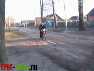Сельский мотоциклист терпит неудачу - Rural Biker FAIL