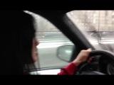 Брюнетка за рулем BMW. В Москве без навигатора никак.