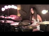 Девушка на барабанах исполняет песню Enter Sadman Metallica
