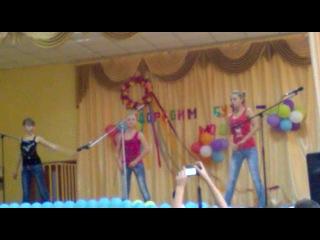 Мои однокласнници танцуют под песню