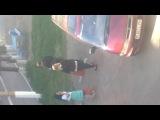 На видео видно, как беременная девушка курит сигарету.
