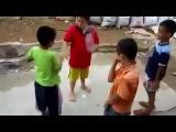 Дети играют в камень ножницы бумага + бутылка