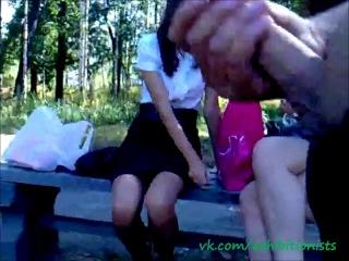 женщины помогают парням подрочить в парке
