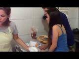 Gavassied помогают маме Шая готовить торт.