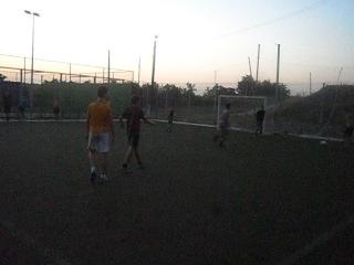 Футбол во дворе, удар ножницами)