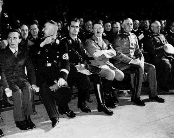 ...и Рудольфом Гессом на довоенной конференции в Берлине.