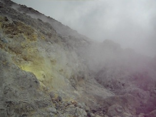 Инфернальное место: дымящие фумаролы на суматранском вулкане Сибаяк