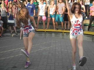 Девчёнки, танцуют ваще нереально классно для группы