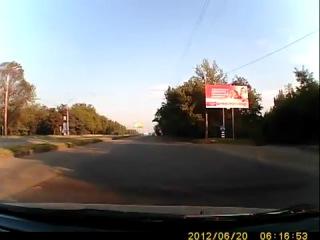 Дороги Харькова. Тупые пешеходы на красный свет.