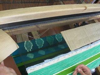 как продолжать ткать не разрезая основу.