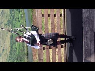 Шотландец в килте играет на волынке (CEI conference 2013)