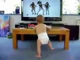 Милый_малыш_так_забавно_танцует_под_Beyo