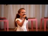 6-ти летняя девочка на выпускном в садике шикарно поёт песню!