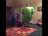 Зеленый чувак жгет
