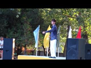 Никита Литвинков исполняет песню