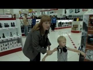 Мальчик отжигает в магазине