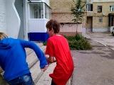 Бесились во дворе с шариками с водой xD