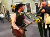 Уличный чудо-музыкант:)