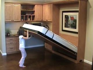 Ребенок складывает шкаф-кровать