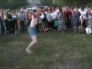 Пьяный мужик танцует в трусах