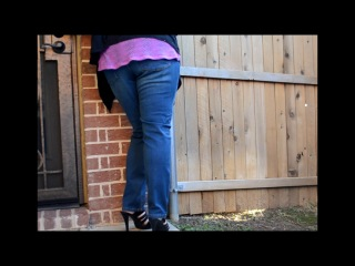 Видео девушка на улице описалась в джинсы прилюдно, киска грудастой японки