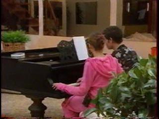 Алекса поет песню с Илларионовым