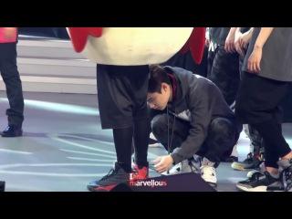 130604 Happy Camp Кёнсу завязывает шнурки Сехуни 'Marvellous' preview [ avell do ]