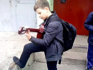 Воронежский пацан ,играет круто на гитаре мелодию  из  песни группы Nirvana